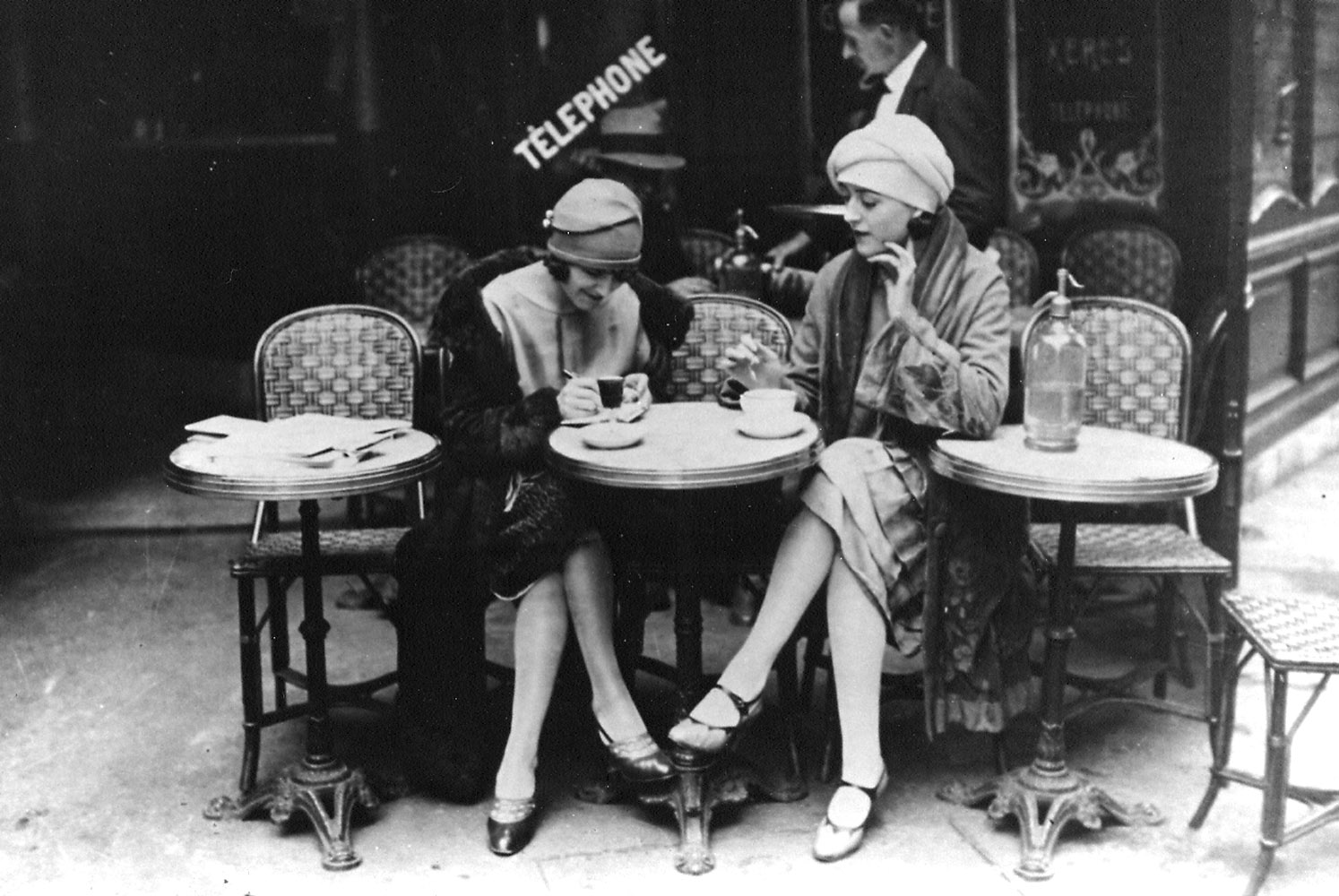 Foto: Solita Solano și Djuna Barnes în Paris (Maurice Brange, Au Café, 1922).