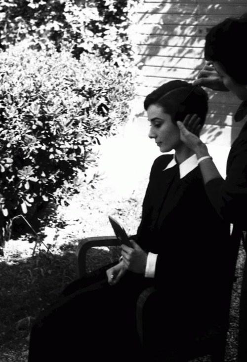 Foto: Audrey Hepburn în Bluza neagră cu guler