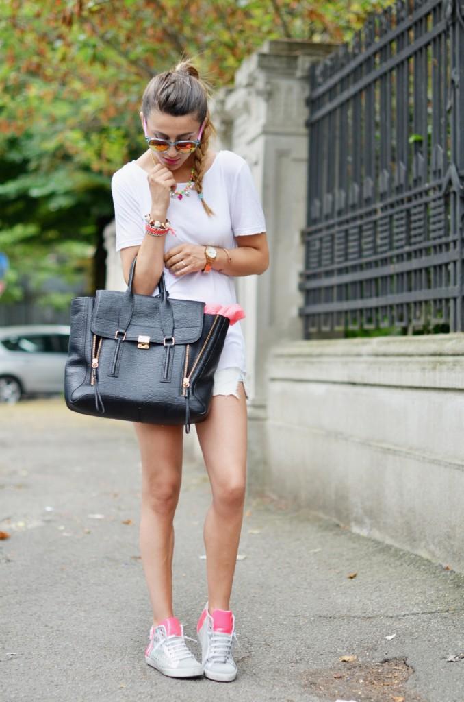 sneackers-colorate-short-jeans-outfit-sportivo-nicoletta-reggio