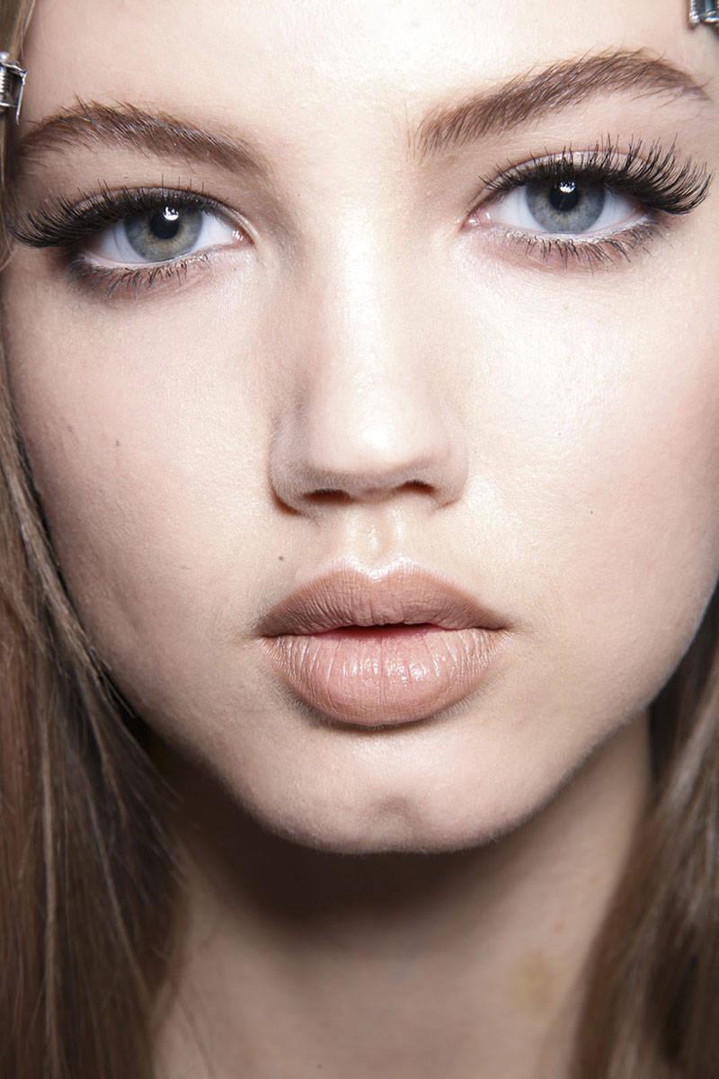 hbz-makeup-trends-fw2014-mega-lashes-02-Versace-bks-D-RF14-9326-lg