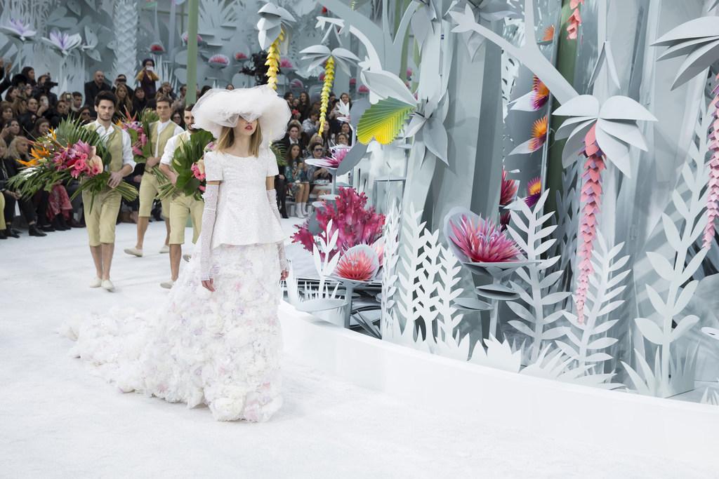 La-robe-de-mariee-du-defile-Chanel-Haute-Couture-le-27-janvier-2015-a-Paris_exact1024x768_l