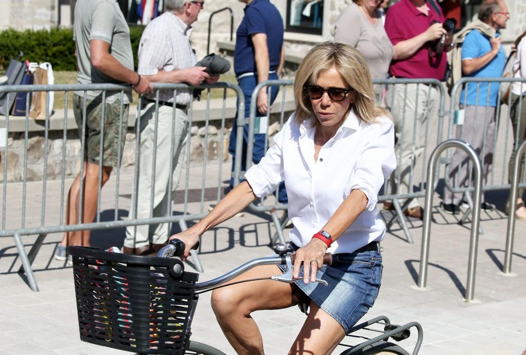 J - La première dame Brigitte Macron (Trogneux) fait du vélo avec sa fille Tiphaine Auzière et son compagnon Antoine au Touquet